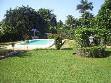 Casa particular con piscina alberca de jorge del busto for Imagenes de casas con jardin y piscina